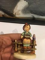Hummel padon ülő kisfiú, 8 cm-es, kiváló állapotban,ajándék.