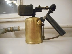 Benzinlámpa jelzett