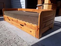 Eladó egy HELSZINKI ágyneműtartós ,ágyazható fenyő kanapé .