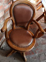 Borbély szék,korának megfelelő,mégis hibátlan állapotban,gazdagon szegecselt,tökéletes bőr bevonat.