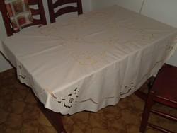 Tojáhéj szín, pamut, áttört mintás, géppel hímzett kerek terítő, átmérő 145 cm