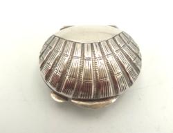 Kagyló alakú ezüst szelence