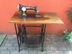 Antik retro Bobbin varrógép minden tartozékával