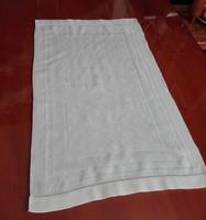 Krémszínű damaszt tálcakendő, terítő 52,5  x 32 cm