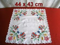 Kézzel hímzett különleges virág mintás terítő 44 x 43 cm