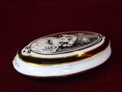 Hollóházi porcelán bonbonier, Szász Endre stílusú rajzolattal.Mérete: 15 x 9 x 5 cm.