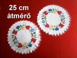 2 db kézzel hímzett Kalocsai mintás terítő 25 cm átmérő