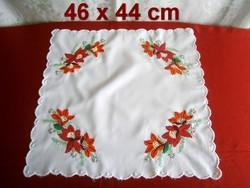 Kézzel hímzett különleges virág mintás terítő 46 x 44 cm