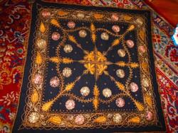 Antik fémszálas hímzéssel terítő