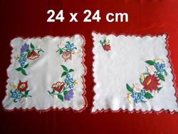 2 db kézzel hímzett Kalocsai mintás terítő 24 x 24 cm