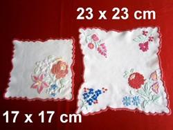 2 db kézzel hímzett Kalocsai mintás terítő 17 x 17 és 23 x 23 cm