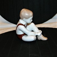 Öltözködő Fiú Régi Aquincum  Porcelán Figura