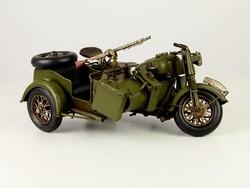Katonai oldalkocsis motorkerékpár, géppisztollyal felszerelt.