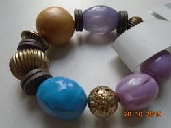 Aranyozott réz,lila és kék üveg valamint fa gyöngyökből  címkés karkötő