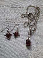 Ezüst fülbevaló és nyaklánc medállal, rubinnal díszítve