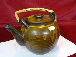 Kerámia teáskanna, legnagyobb átmérője 15 cm, magassága 14 cm.