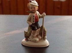 Német porcelán: fiú bottal
