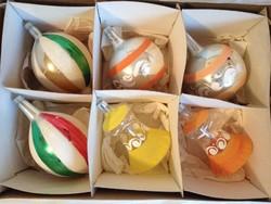 Régi, retro üveg karácsonyfadíszek, gömbök dobozban