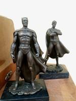 Batman és Superman bronz szobrok