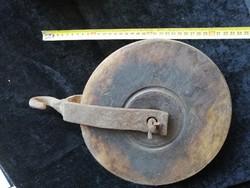 Nagyméretű, antik teherhúzó csiga