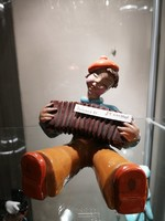 RAHMER M. Kerámia kisfiú harmonikával.