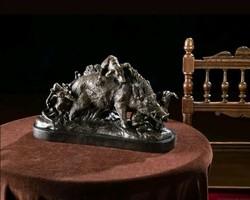Vaddisznóra támadó vadász kutyák - Részletesen kidolgozott bronz szobor