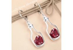 Fülbevaló piros szív alakú kővel
