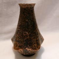 Kézzel kalapált fémműves iparművész váza