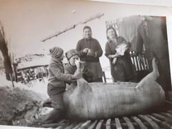 Régi fotó vintage vidéki életkép csoportkép disznóvágás fénykép