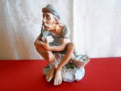 Különleges és ritka, jelzett biszkvit nagy porcelán figura: pipázó halász férfi