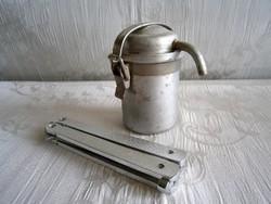 Régi mini alumínium kávéfőző és egy összecsukható bicska, kés