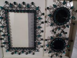 Fém - 2 db - STRASSZOS - fénykép +  gyertyatartó - sötét fenyőzöld kövekkel - exkluzív - dobozában