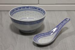 Kisebb méretű kínai porcelán rizstál, levesestál kanállal együtt