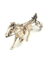 Ezüst lóversenyző lóval, a hajtó sulkyban