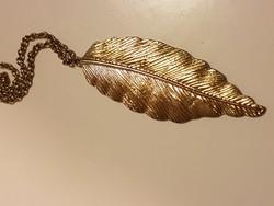Aranyozott medál 7 cm-es lánccal.
