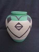 Kézzel festett régi váza egyszerű, érdekes mintázattal