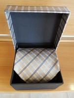 Új elegáns nyakkendő díszdobozban