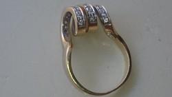 Arany 14 karátos különleges gyűrű cirkonkövekkel diszitve.