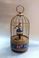 Ébresztőóra, madár kalitkában