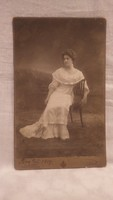 Fritz Knozer Bécs 1909 műtermi fotó hölgy széken