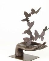 Pillangókat elengedő kéz-bronzszobor