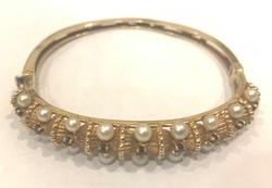 Arany karkötő gyöngyökkel és zafírral