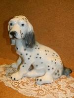 Nagyméretű porcelán kutya.