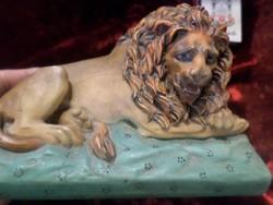 15 x 9 cm-es alapon fekvő oroszlán , levélnehezék .