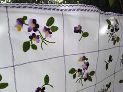 Kézzel hímzett pamutvászon terítő ibolyamintával gazdagon díszítve