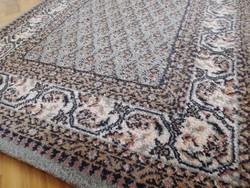 Szürke gyapjú összekötő szőnyeg