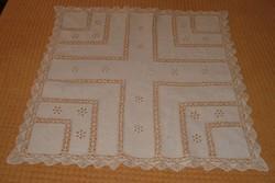 Kézzel hímzett, csipkés, fehér pamut asztalterítő, 89x86 cm