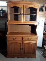 Eladó egy szép vitrines tölgy tálaló   szekrény. Bútor újszerű állapotú.
