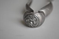 Ezüst cukorfogó antik ' A ' ezüstjellel . Szélessége ca. 2,5 cm és hossza ca. 16 cm