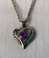 Bizsu nyaklánc szív alakú lila köves medállal